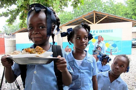 /srv/www/vhosts/user3101/html/entrepreneurship-campus.org/wp-content/uploads/2017/05/School-feeding-programme-in-Haiti.jpg