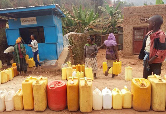 /srv/www/vhosts/user3101/html/entrepreneurship-campus.org/wp-content/uploads/2019/04/Rural-dwellers-getting-water-from-the-INUMA-kiosk-c-WARwanda.jpg